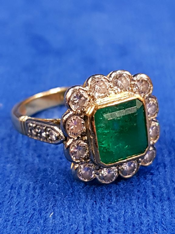 18 CARAT GOLD EMERALD & DIAMOND RING - £1500