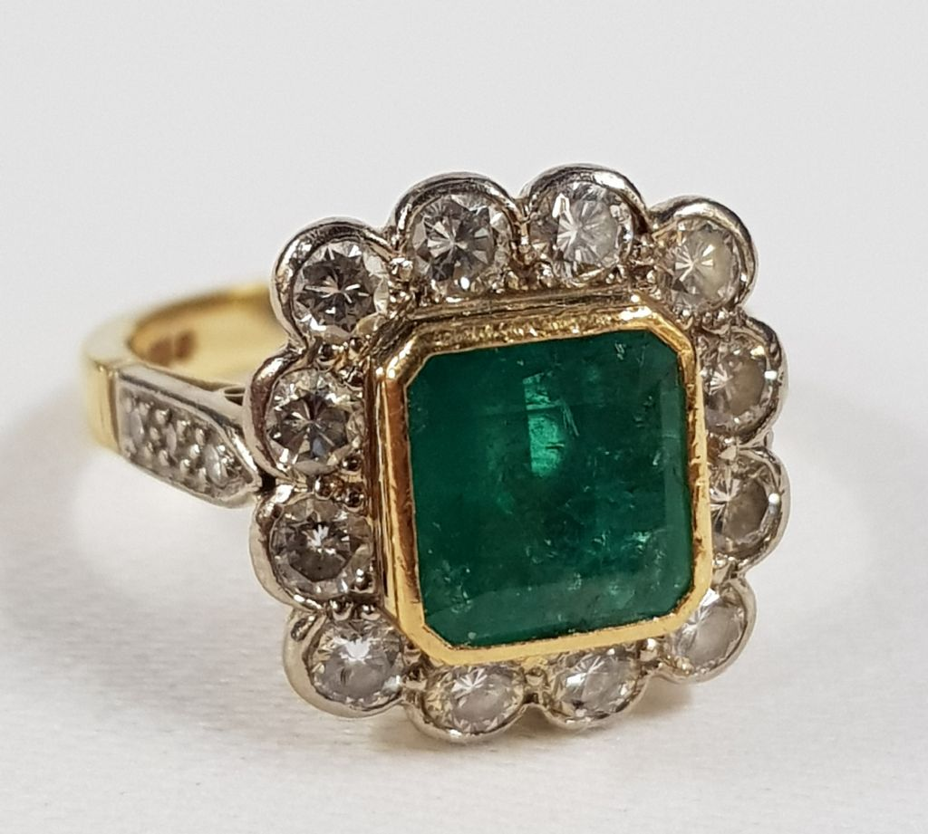 18 CARAT GOLD DIAMOND & EMERALD RING - £1200