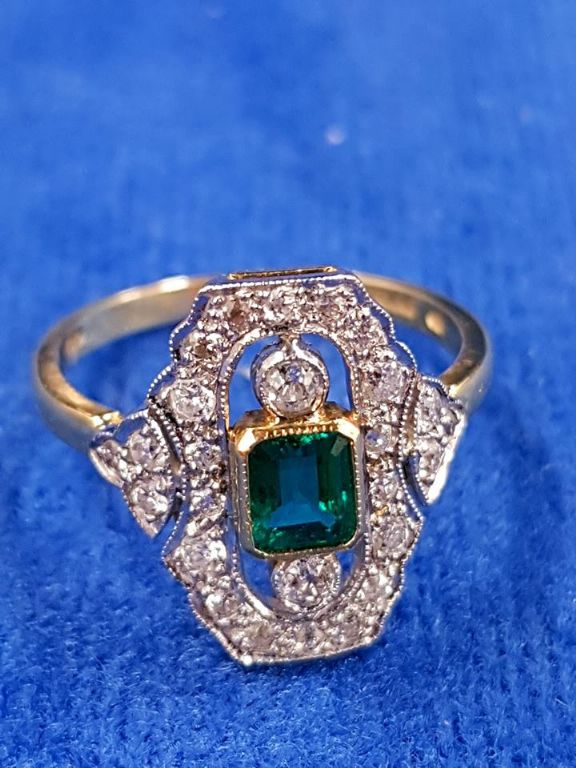18 CARAT GOLD DIAMOND & EMERALD RING - £675