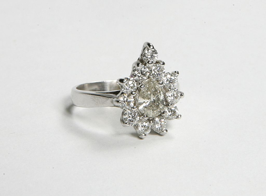 18 CARAT WHITE GOLD & DIAMOND RING - £2200