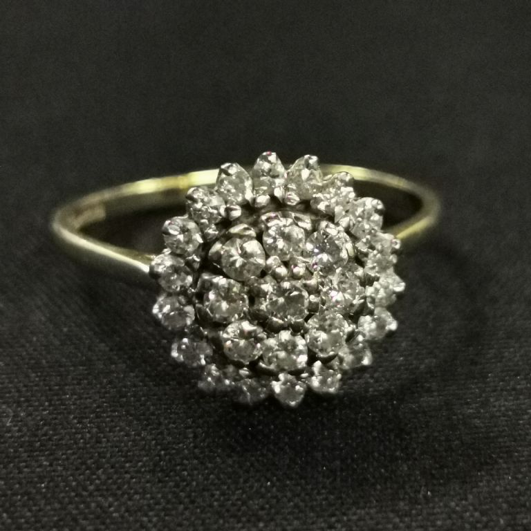 18 CARAT GOLD DIAMOND CLUSTER RING - £600